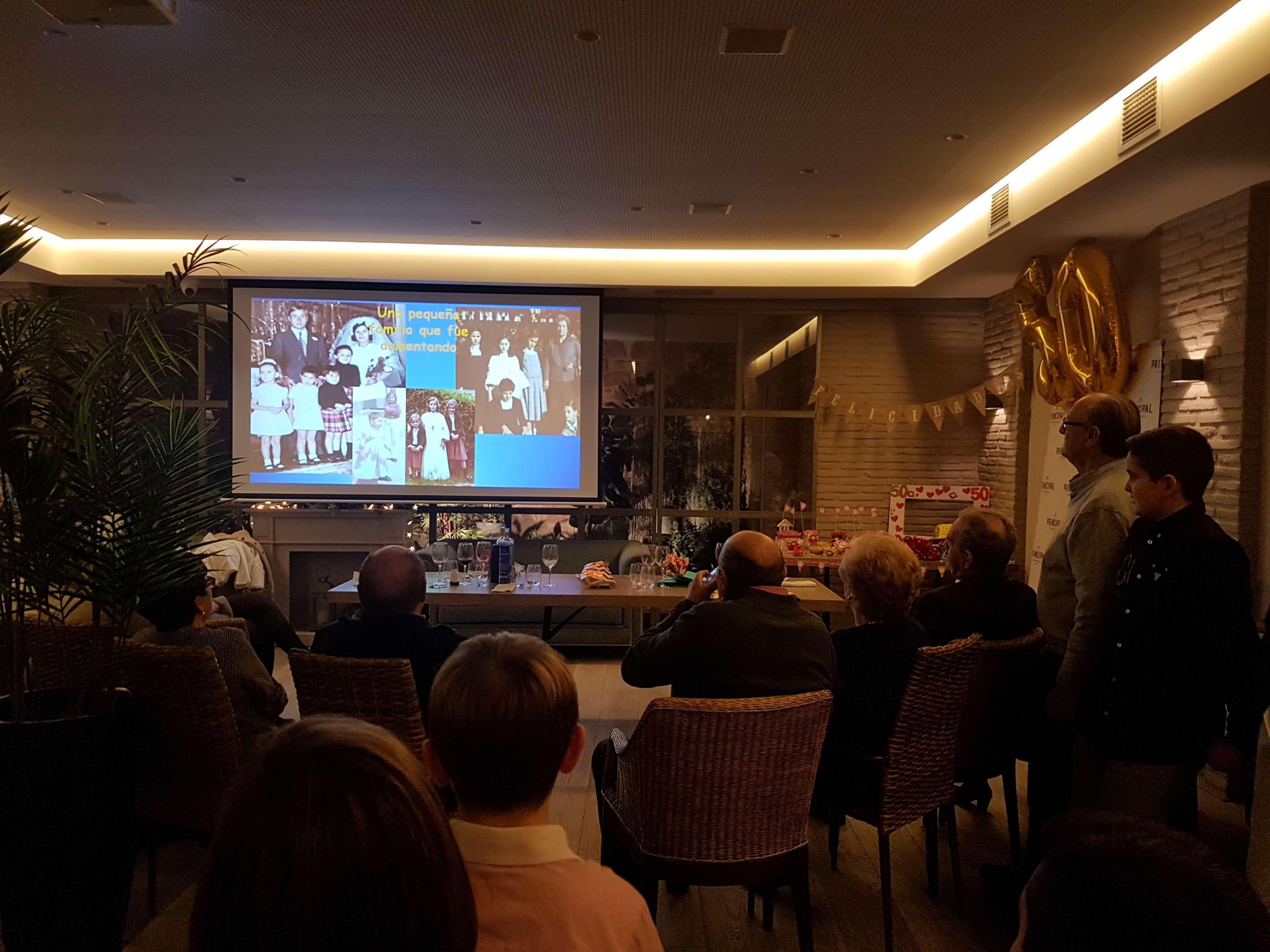 Restaurante El Palmeral. Eventos. Visión de diapositivas en celebración multitudinaria