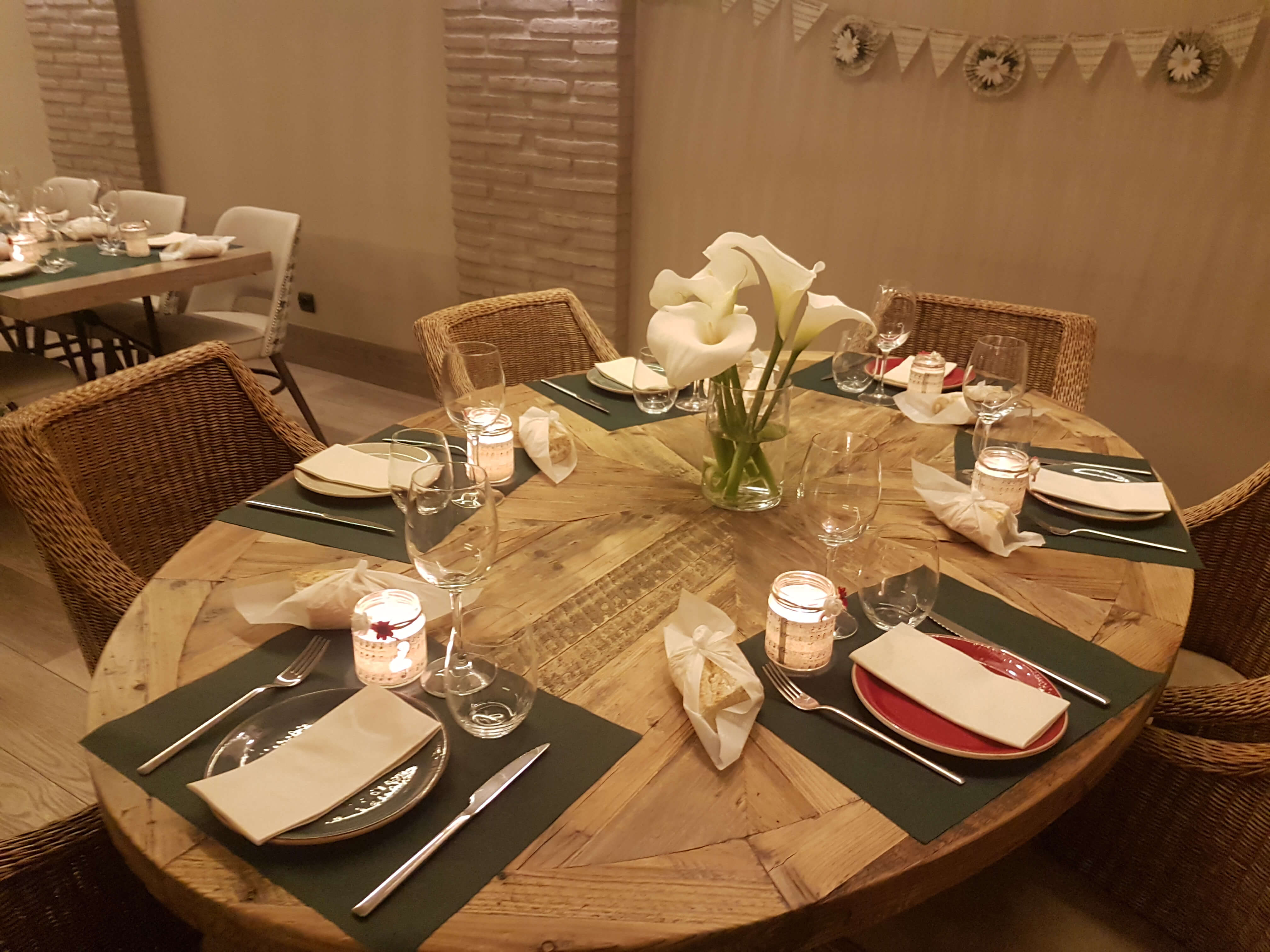 Restaurante El Palmeral. Eventos. Mesa redonda con cubertería