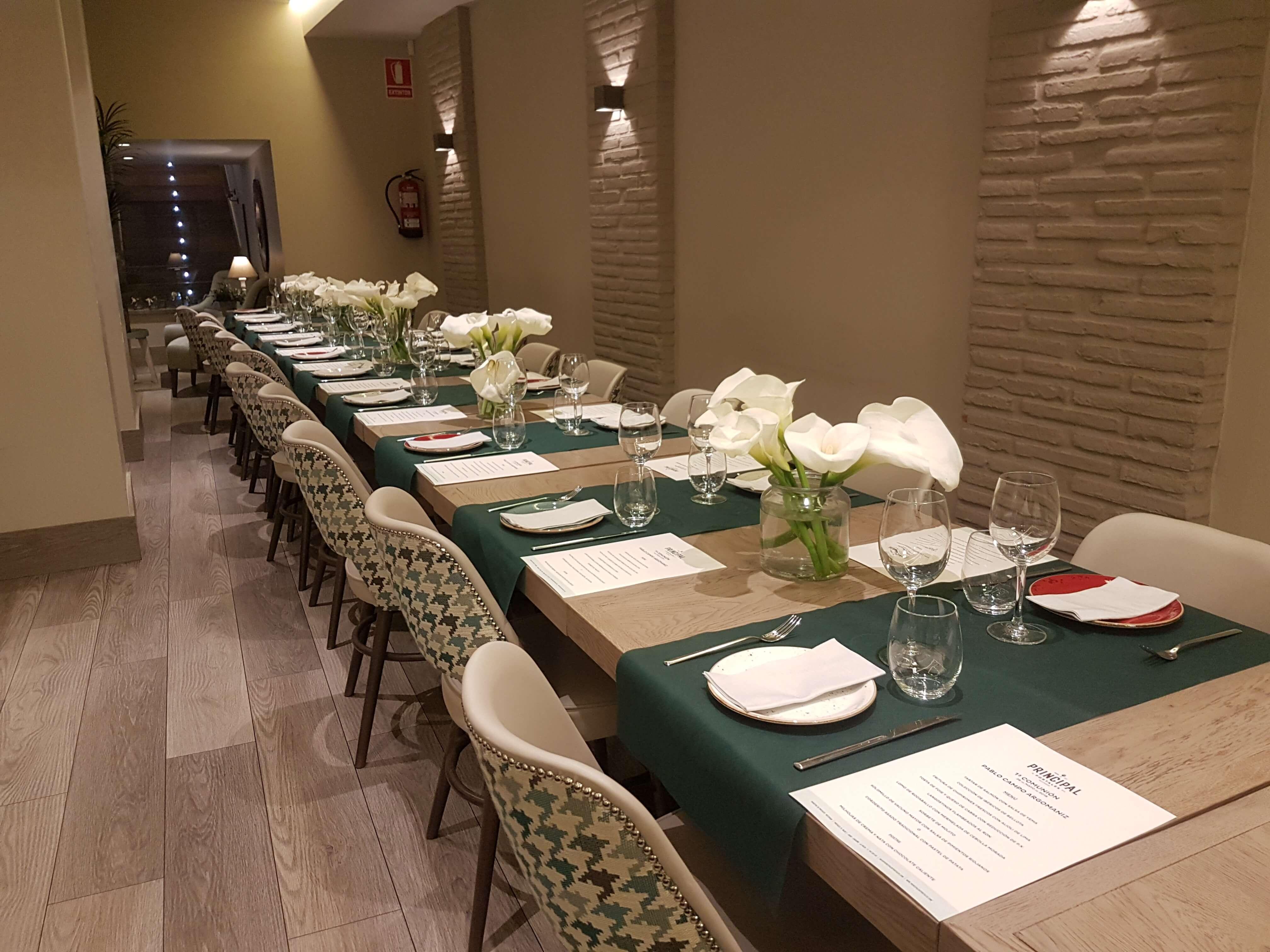 Restaurante El Palmeral. Eventos. Mesa del comedor del restaurante